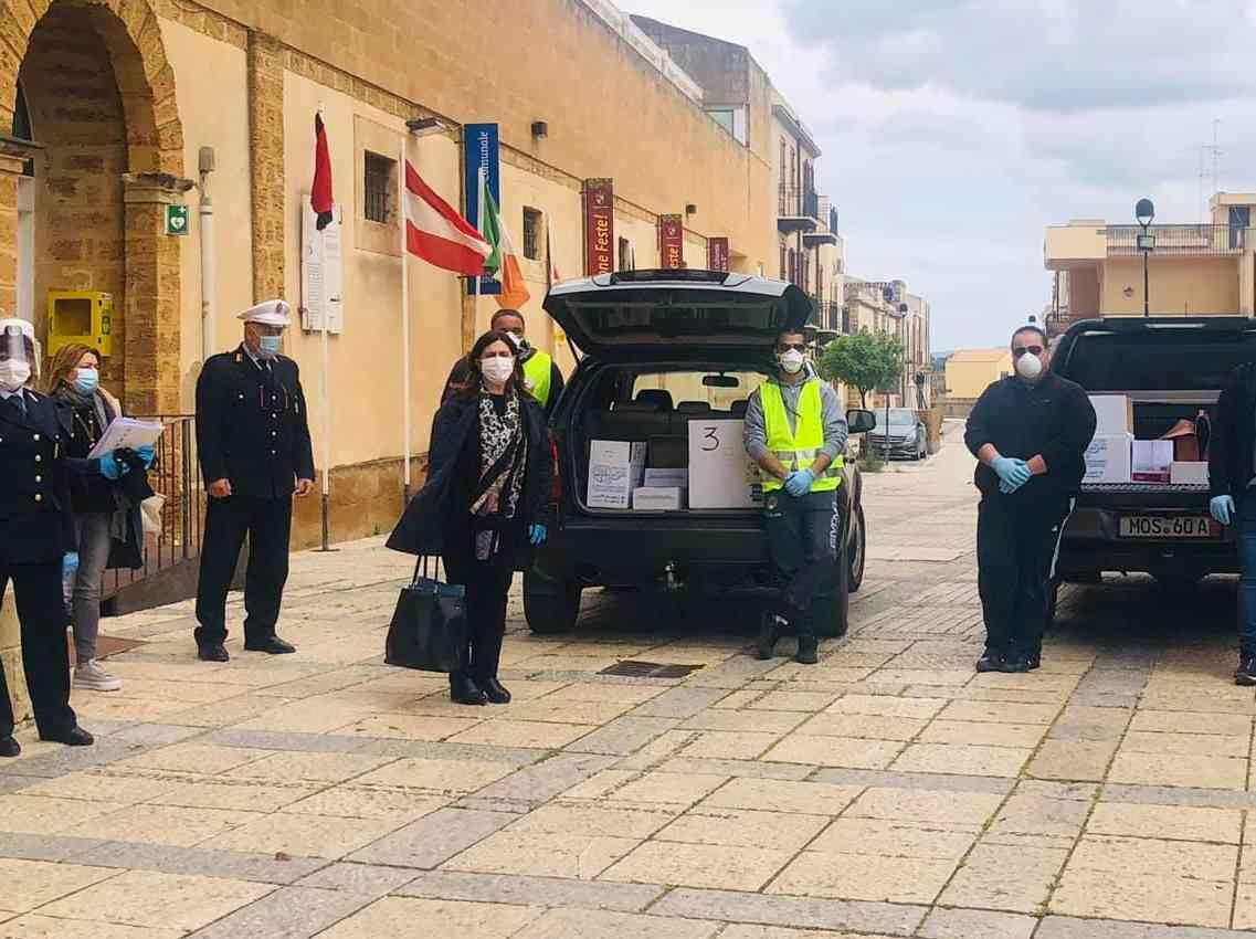 Immagine articolo: Menfi. Arrivate 15mila mascherine: distribuzione porta a porta da volontari Enduro e Cri