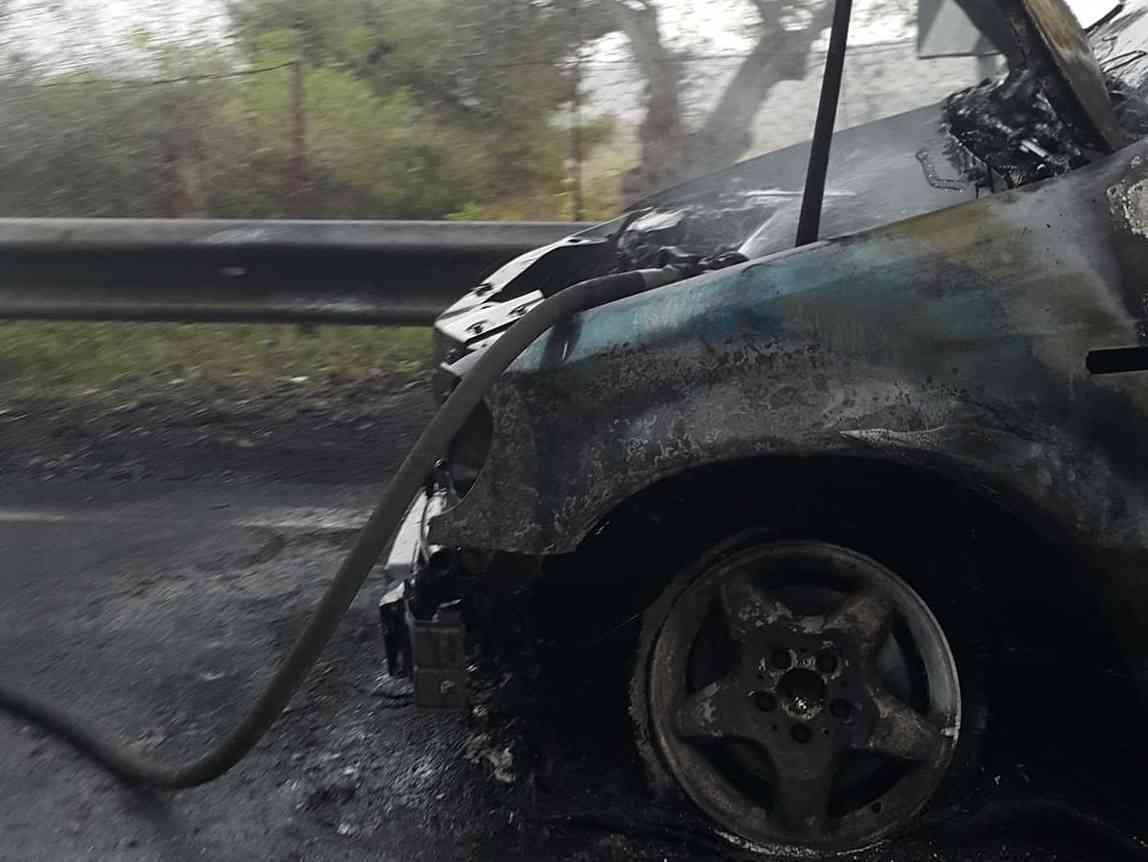 Immagine articolo: S.Margherita, a fuoco il motore di una Mercedes Station