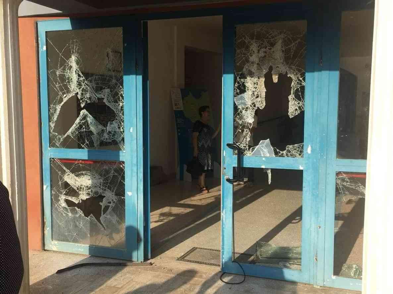 Immagine articolo: Poggioreale, extracomunitario distrugge la porta d'ingresso del Comune. Intervenuti i Carabinieri