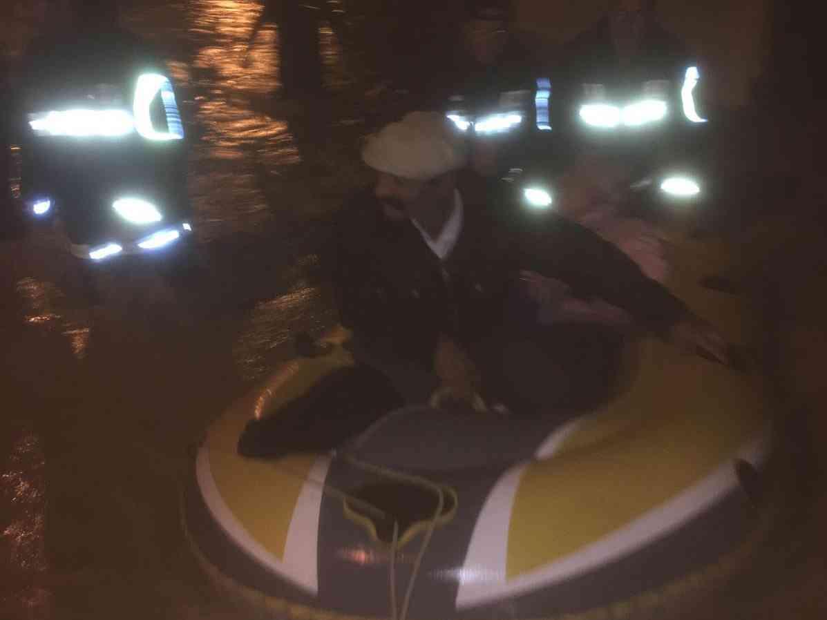 """Immagine articolo: Lido Fiori """"sott'acqua"""". Salvataggio con il canotto in via degli Oleandri. Sul posto i Vigili del Fuoco"""