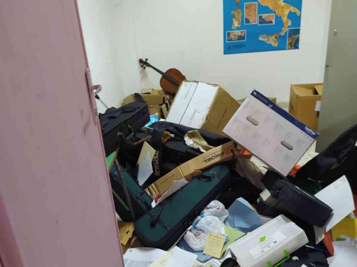 """Immagine articolo: Menfi, la """"Baby gang 42"""" devasta l'Istituto """"Santi Bivona"""" e firma il raid sulla lavagna. Indagini in corso"""