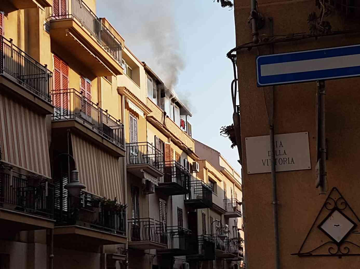 Immagine articolo: Menfi. Casa va a fuoco in via Cacioppo. L'intervento dei Vigili del Fuoco