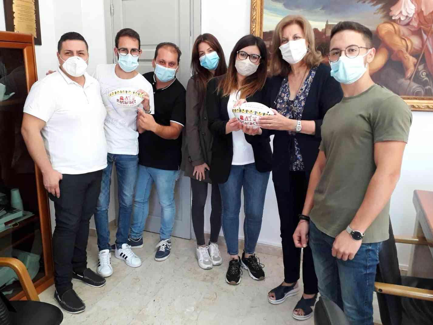 Immagine articolo: Il progetto MozziconiFree fa tappa a Montevago. Rotaract Club Menfi dona due posacenere per arredo urbano