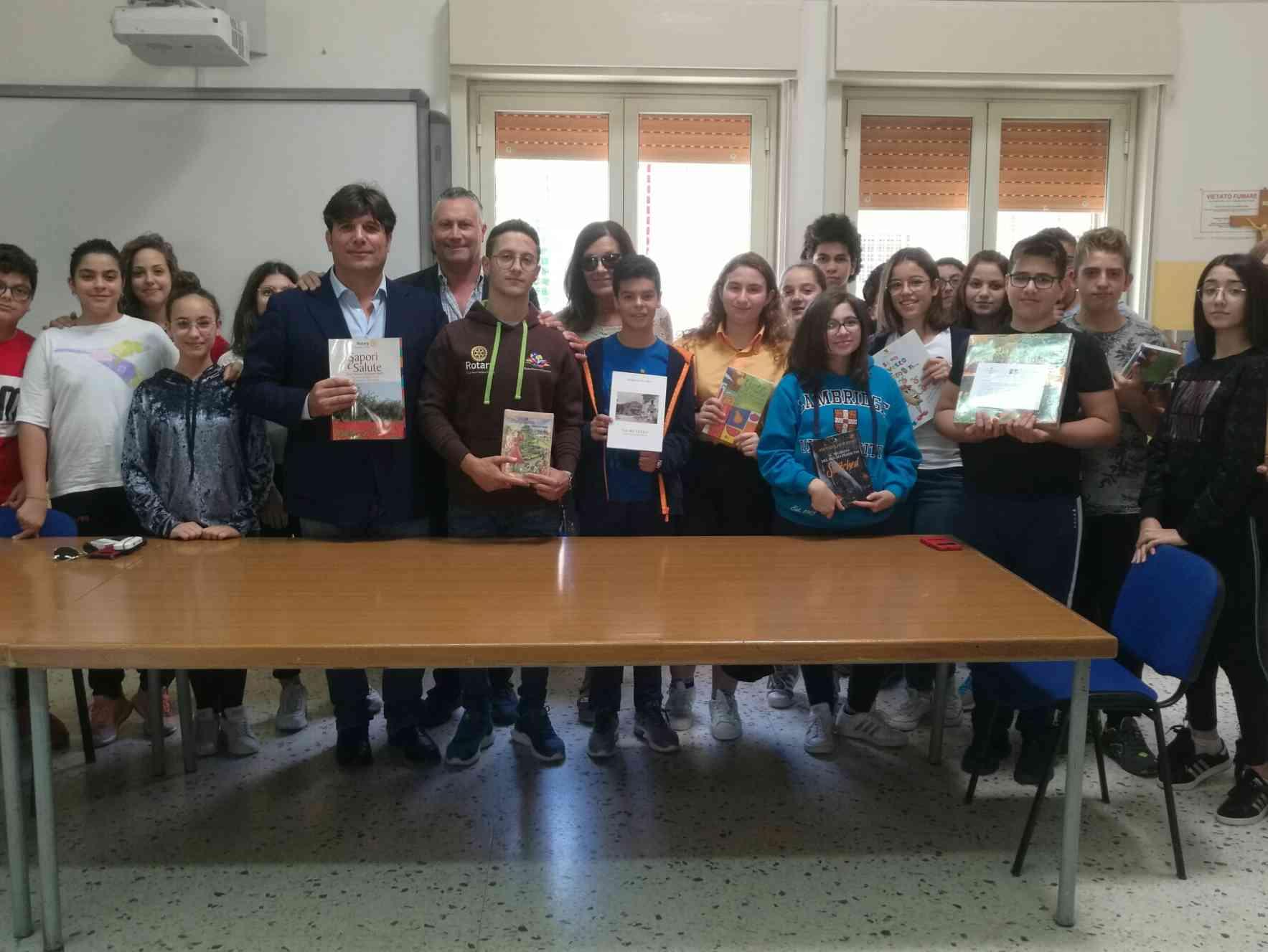 Immagine articolo: #ioleggoperchè? L'Interact di Menfi dona alcuni libri all'Istituto 'Santi Bivona'