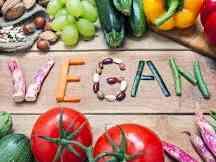 """Immagine articolo: Dieta vegana tra tabù e un'alimentazione a """"trazione"""" naturale. Ecco come sostituire alcuni alimenti"""
