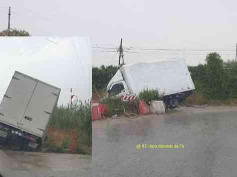 Immagine articolo: Menfi, autista perde il controllo e furgoncino finisce nella scarpata sulla Provinciale