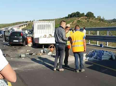 Immagine articolo: Incidente sul viadotto Belìce, auto passa con il rosso e si scontra contro un furgone del cantiere