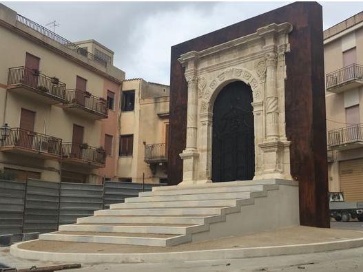 Immagine articolo: Sambuca, cerimonia di inaugurazione del portale '500. L'antico ingresso alla chiesa San Giorgio è tornato al suo posto dopo tanti anni