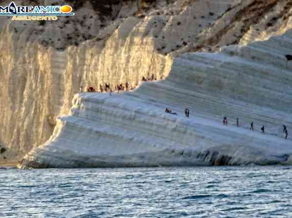 Immagine articolo: La Scala dei Turchi invasa dai turisti abusivi