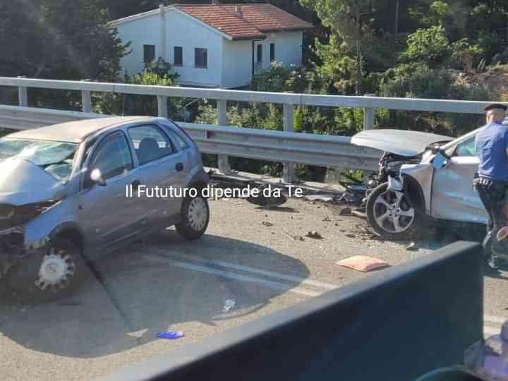 Immagine articolo: Gravissimo incidente sulla fondovalle Palermo Sciacca, scontro frontale fra 2 auto. Ci sono feriti