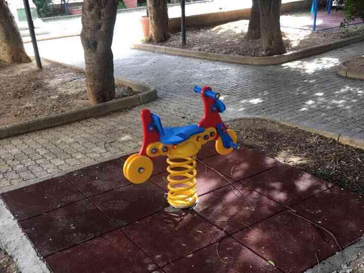Immagine articolo: Calatafimi: Installati i nuovi giochi per i bambini all'interno della villa di piazza Plebiscito