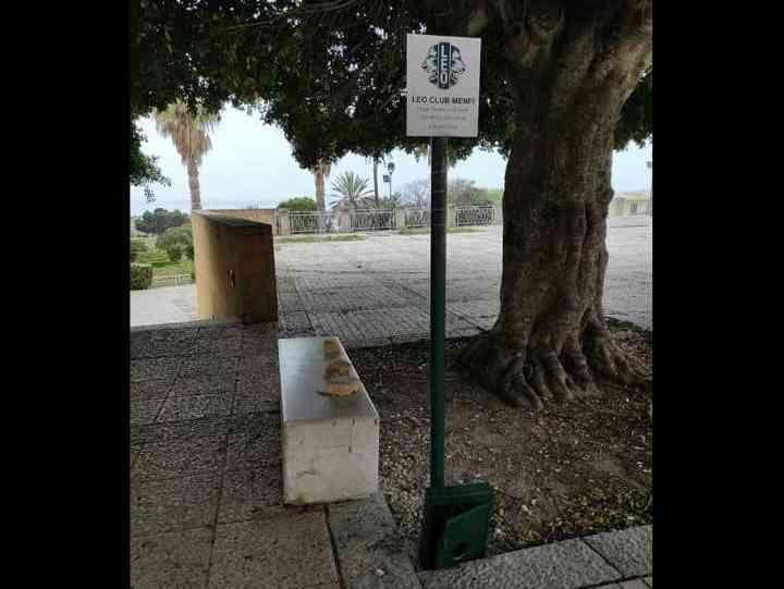 """Immagine articolo: Già distrutto il """"Dogtoilet"""", il  distributore di sacchetti per cani, installato in Piazza Vittorio Emanuele a Menfi appena tre giorni fa"""