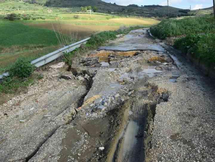 Immagine articolo: Salaparuta, cominciati i lavori sulla ex linea ferrata danneggiata dall'ultima alluvione