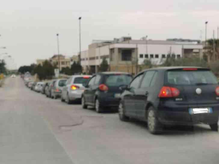 Immagine articolo: Covid, lunghe code al centro civico di Menfi per lo screening scolastico gratuito