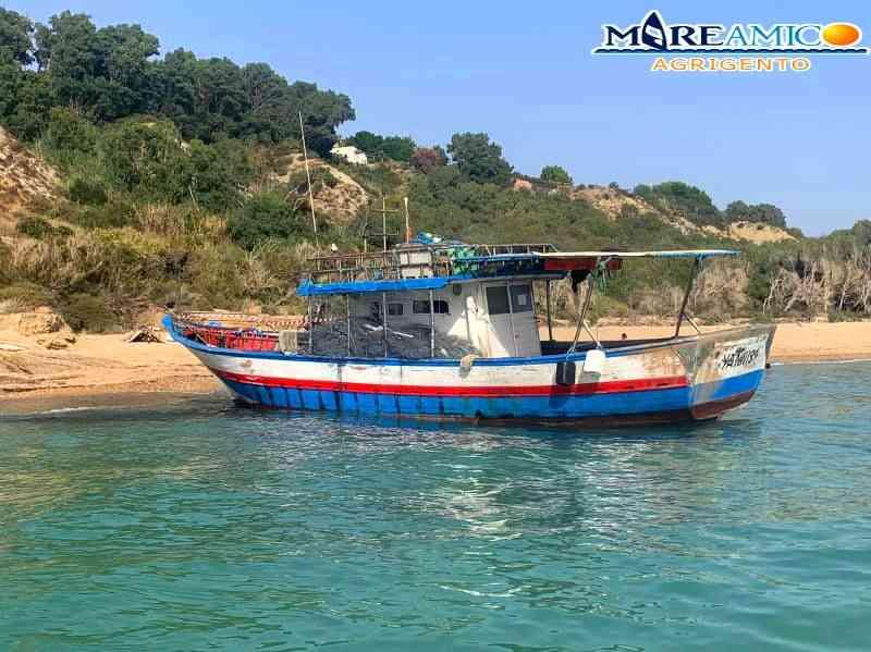 Immagine articolo: Sbarco fantasma nell'agrigentino, rischio inquinamento a causa della barca rimasta in spiaggia
