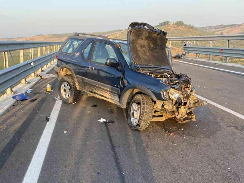 Immagine articolo: Schianto tra due auto sul Viadotto Belice. Due persone estratte dalle lamiere dai Vv. del Fuoco. Sul posto l'Ambulanza