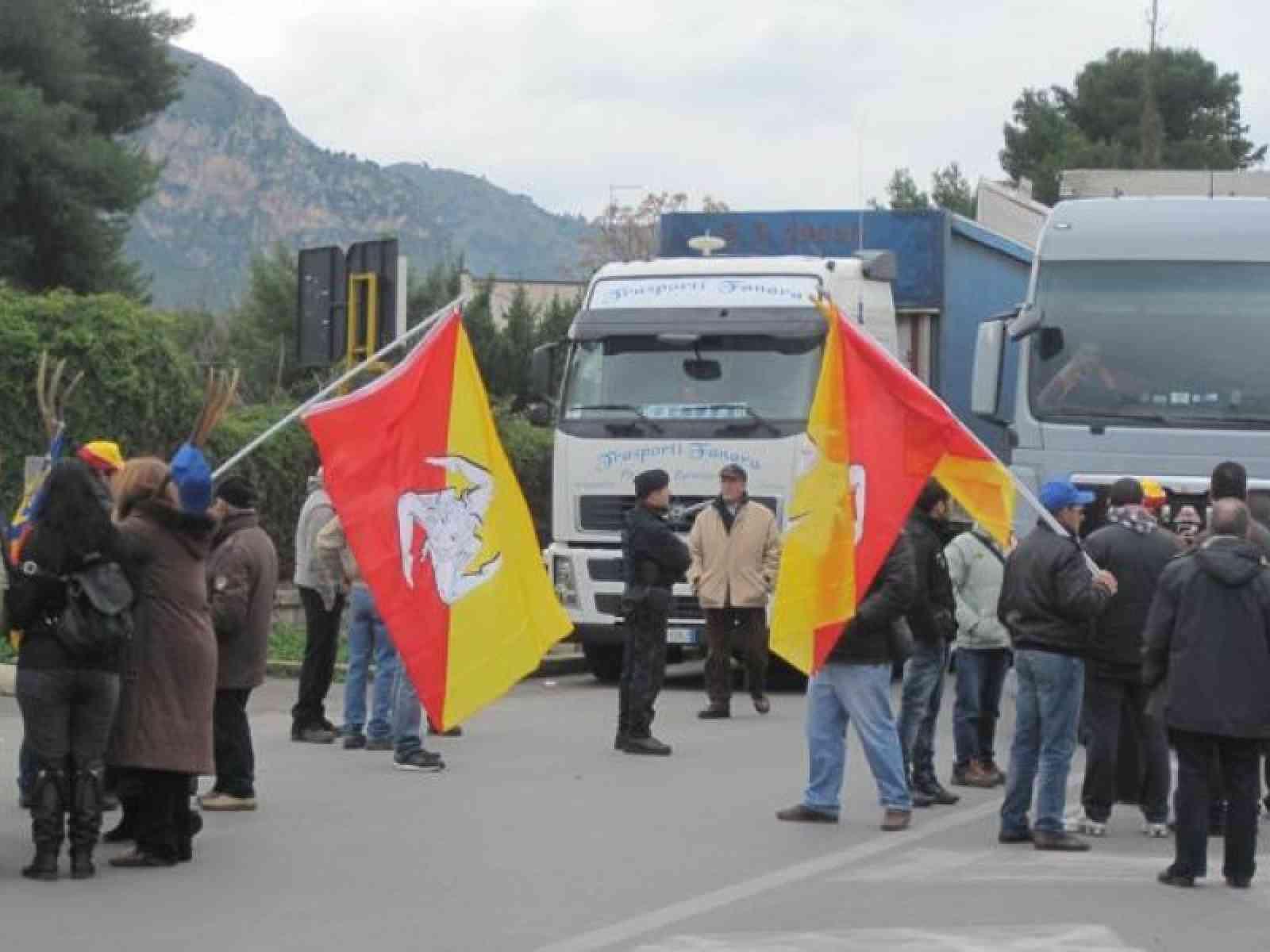 """Sciopero, gli autotrasportatori si fermano, iniziano i benzinai, il """"Movimento dei Forconi"""" continua ad oltranza"""