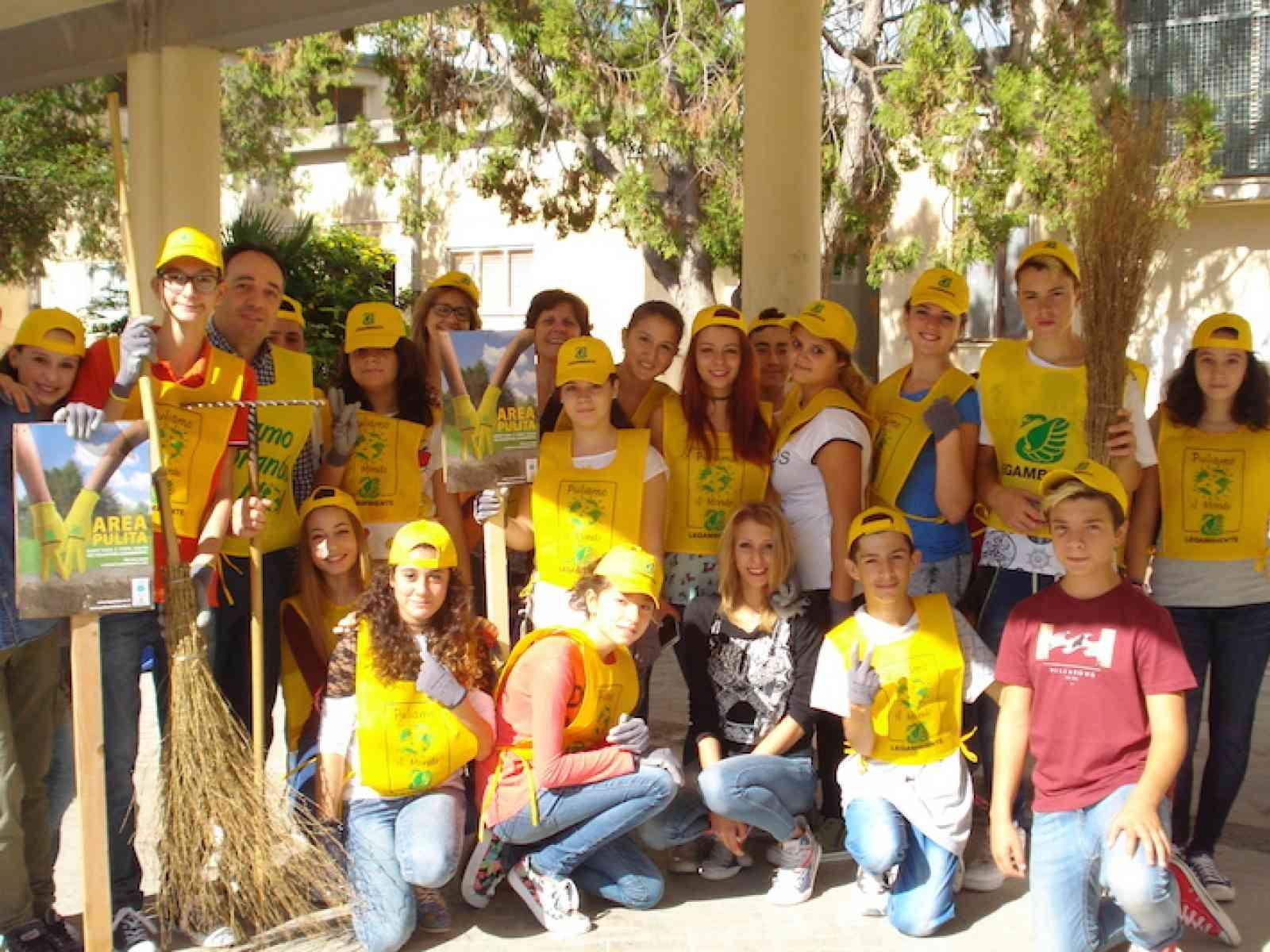 """""""Puliamo il Mondo"""". I giovani di Menfi aderiscono all'iniziativa e ripuliscono le scuole"""