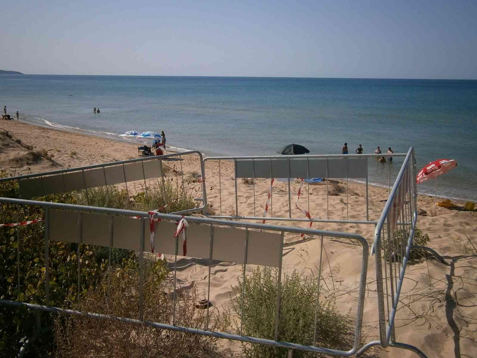 Menfi. Filo spinato bellico a pochi metri dalla riva della spiaggia di Lido Fiori