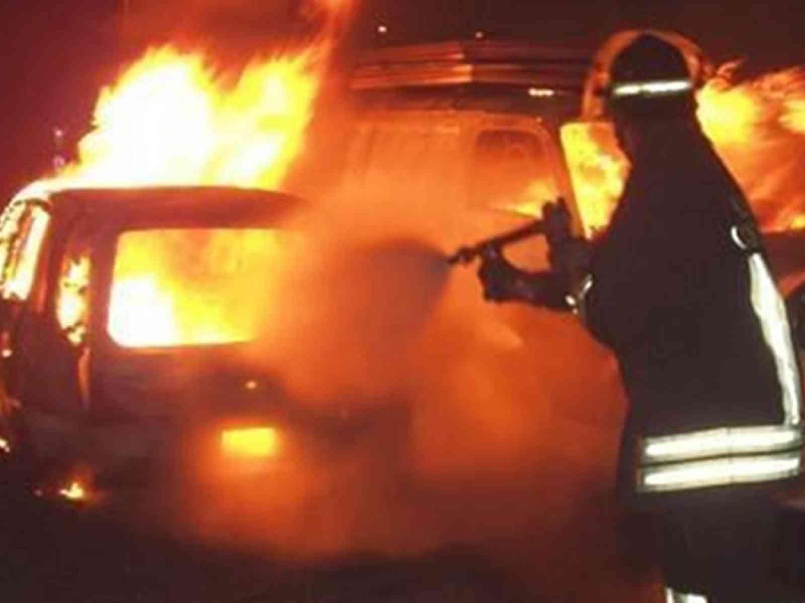 Auto prende fuoco sulla A29 Palermo - Mazara. Traffico paralizzato sotto il picco del sole