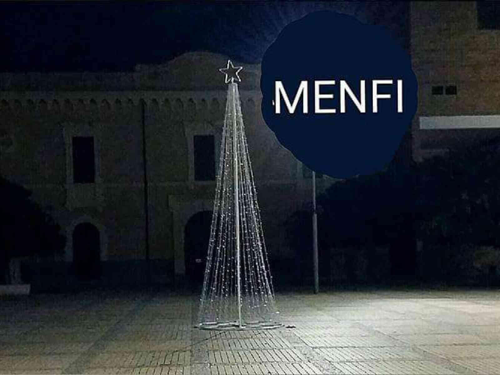 Menfi. L'albero di Natale in piazza diventa un caso