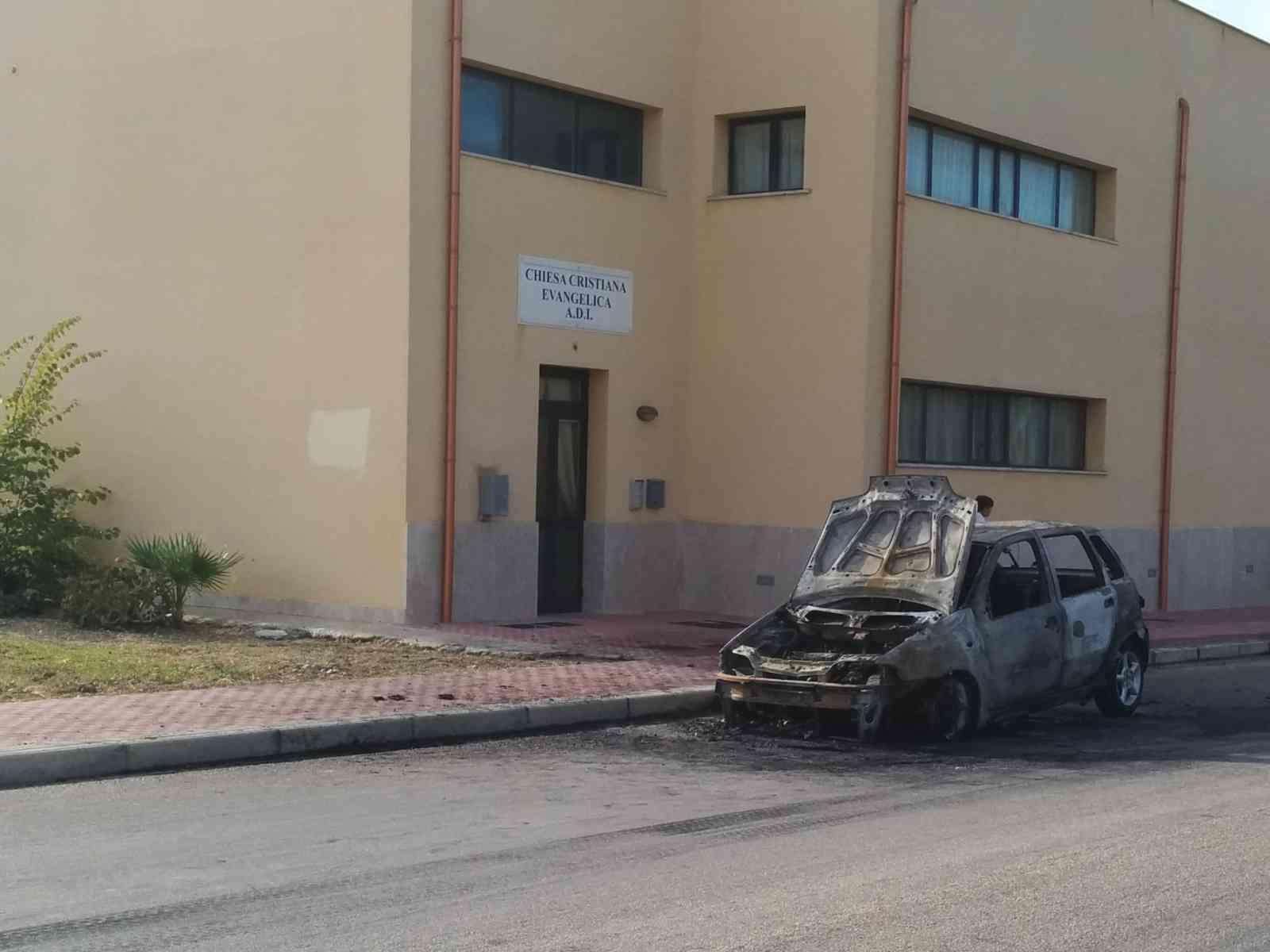 Menfi. Auto prende fuoco in via Boccaccio
