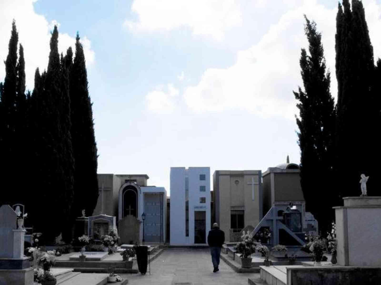 Menfi. Il cancello del cimitero è chiuso e il funerale resta a metà