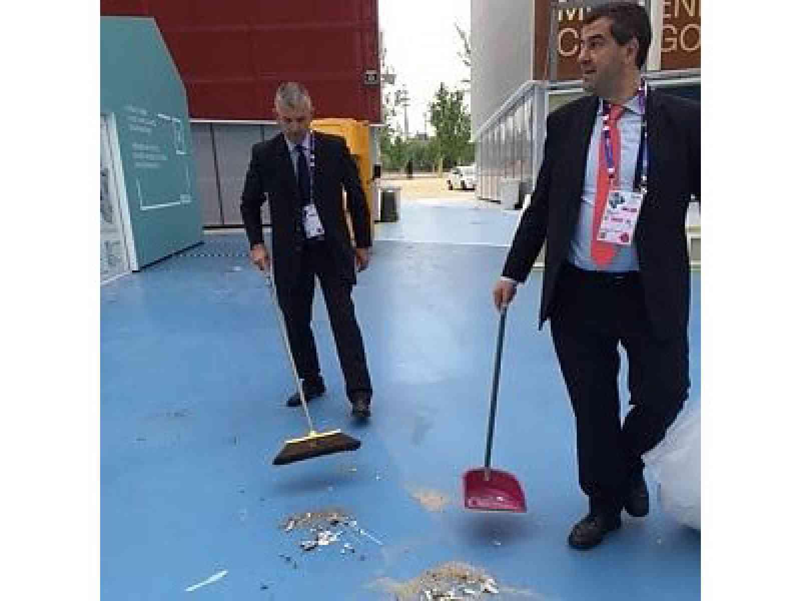 Il cluster bio-Mediterraneo ad Expo allagato e sporco. I dirigenti lo ripuliscono