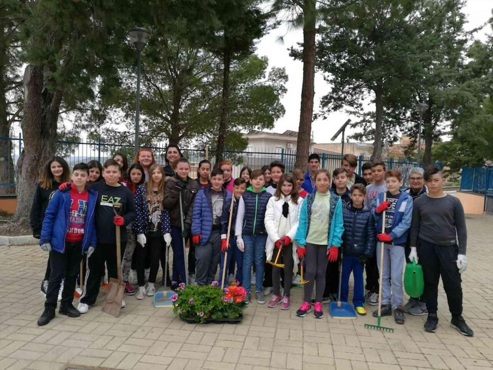 """Salaparuta. """"Giornata della terra"""", 40 alunni delle medie ripuliscono le aiuole della scuola"""