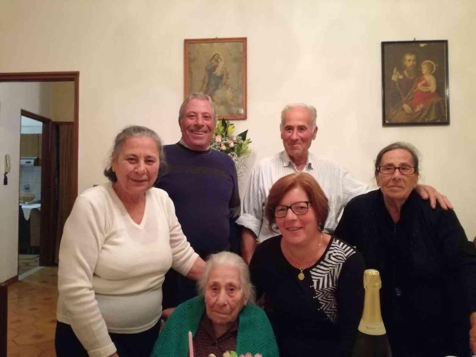 """Poggioreale festeggia i 104 anni della """"nonnina"""" Maria Salvaggio"""