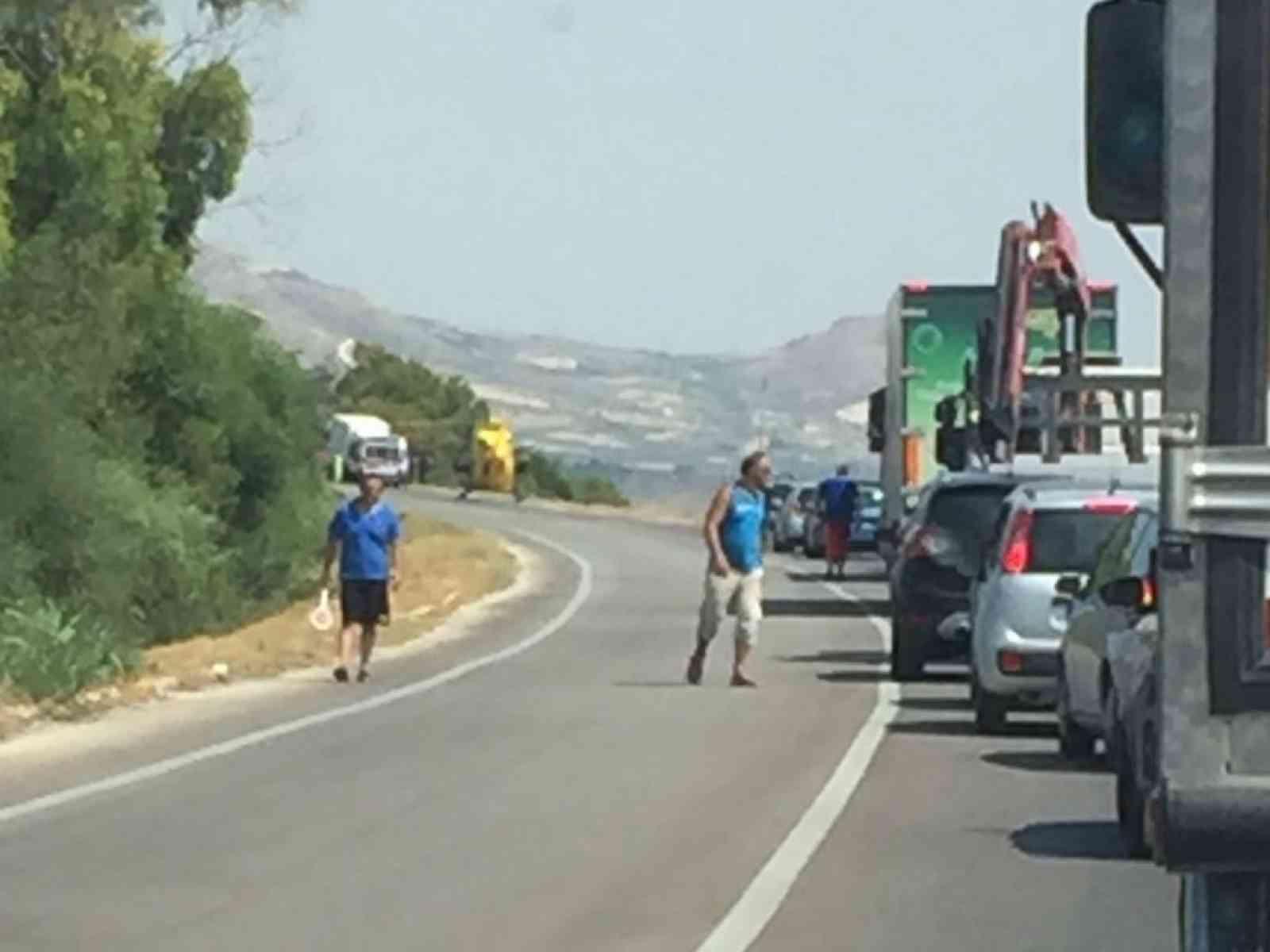 Grave incidente tra Menfi e Sciacca. Scontro tra furgone e camion. Elicottero del 118 atterra sulla statale 115