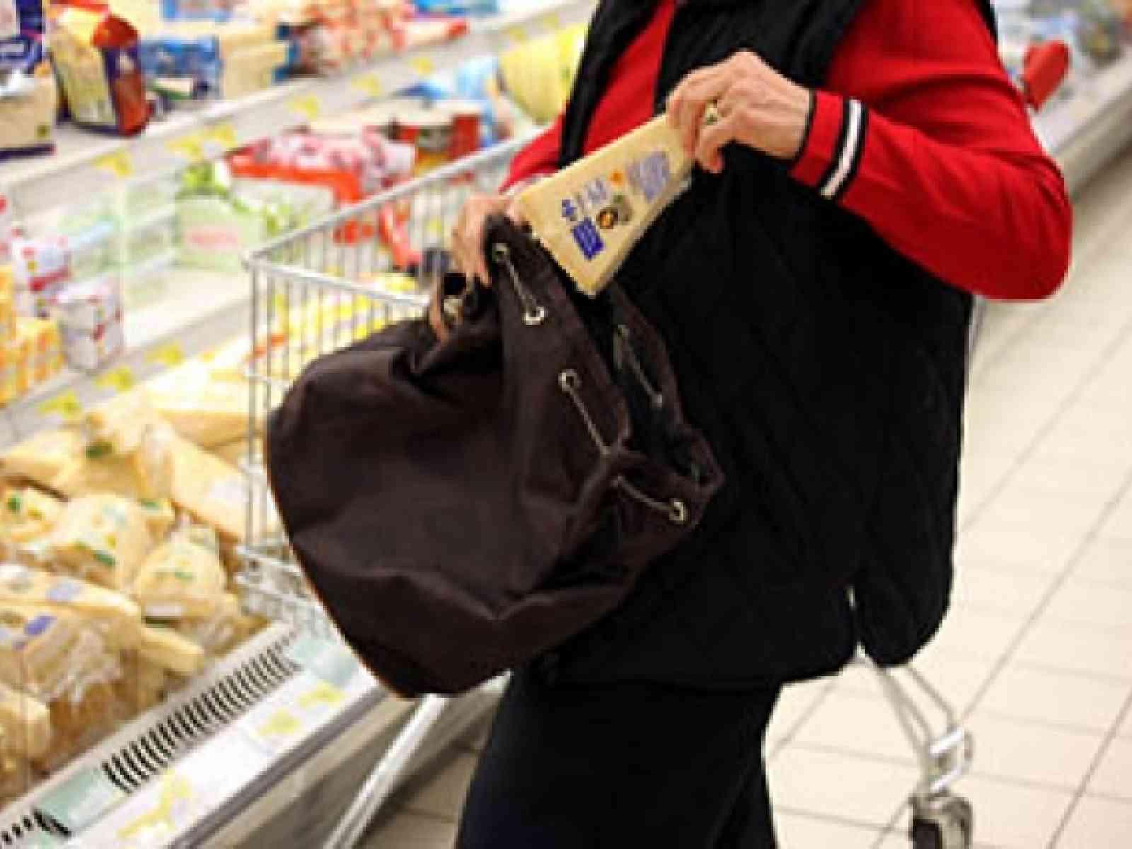 Ruba formaggi al supermercato e li getta per strada durante inseguimento. Fermato un menfitano