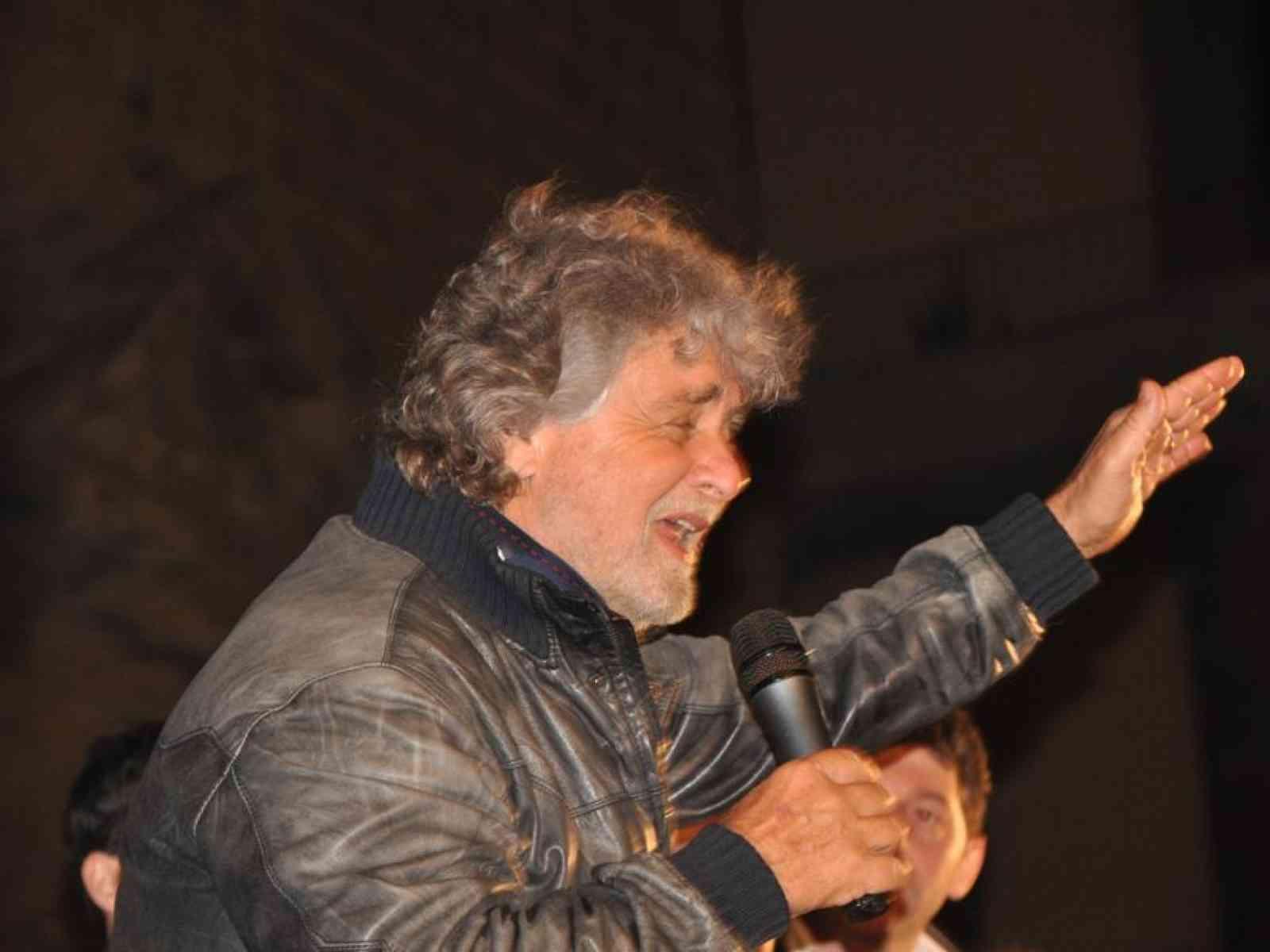 """In 5000 per Grillo in piazza Scandaliato. """"Siamo malessere di un sistema ormai marcio"""""""