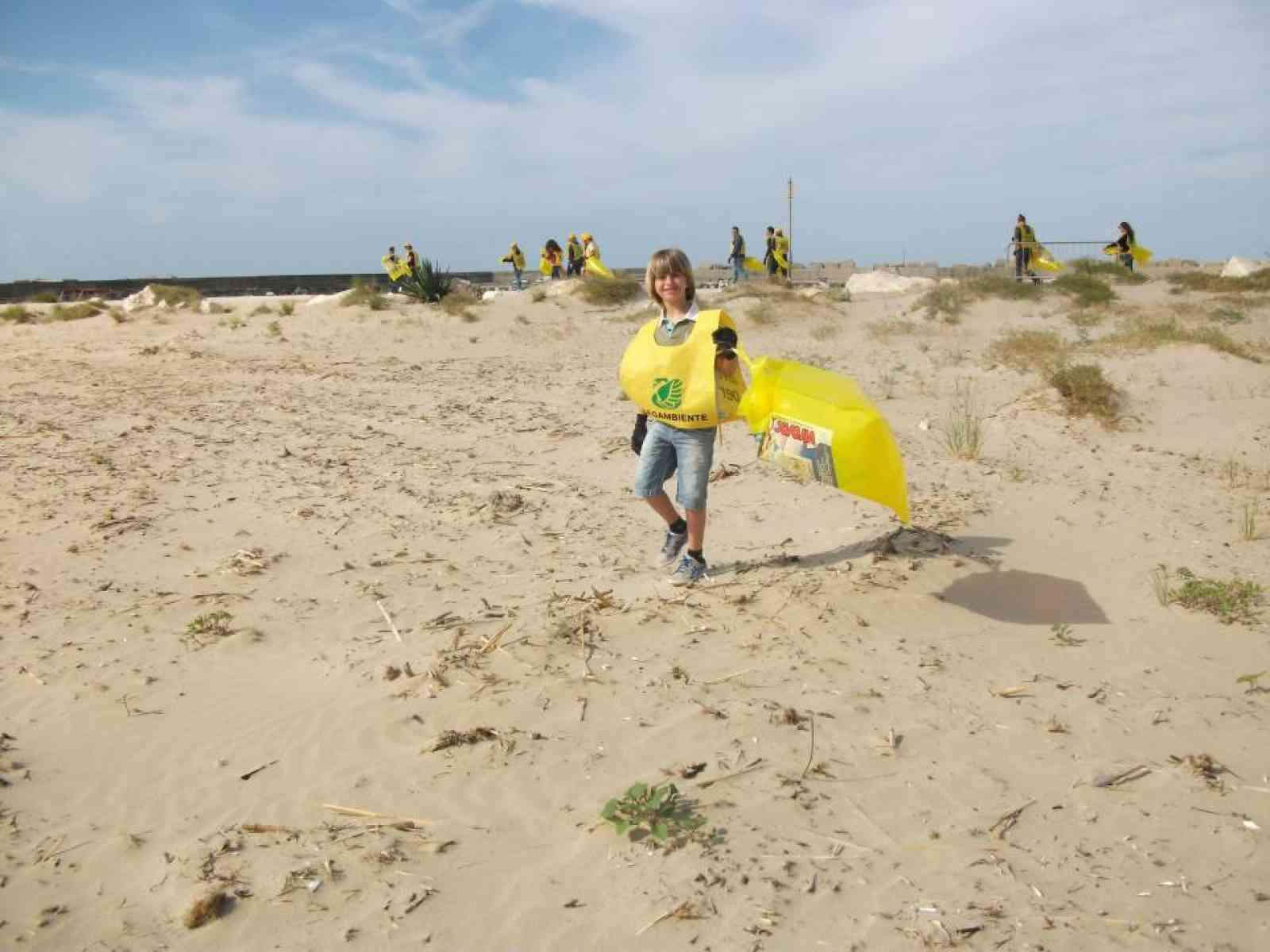 Menfi. Un gruppo di volontari ripulisce le spiagge di Porto Palo e Fiori