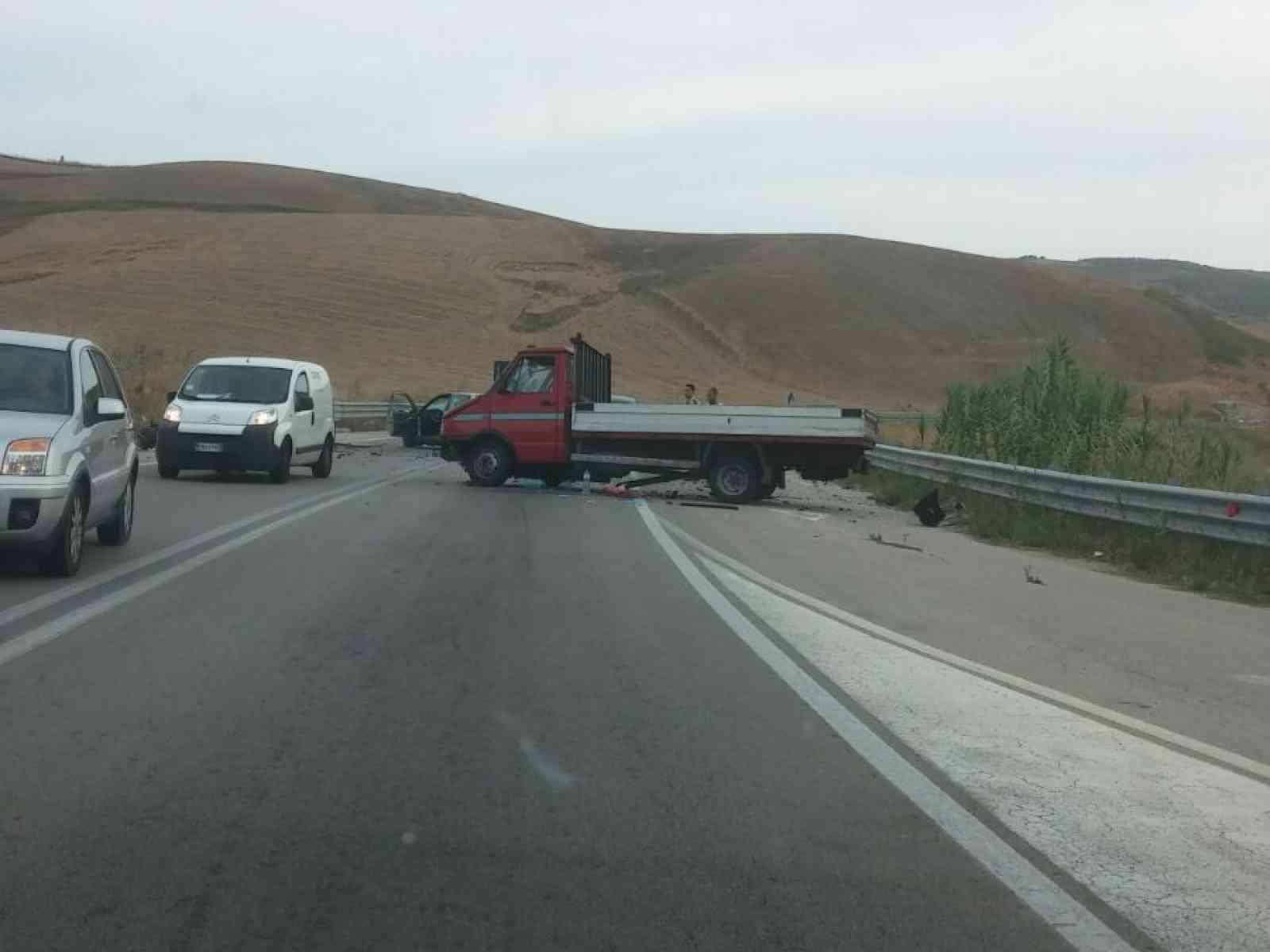 Incidente su Fondovalle Palermo - Sciacca. Scontro frontale tra camioncino ed automobile