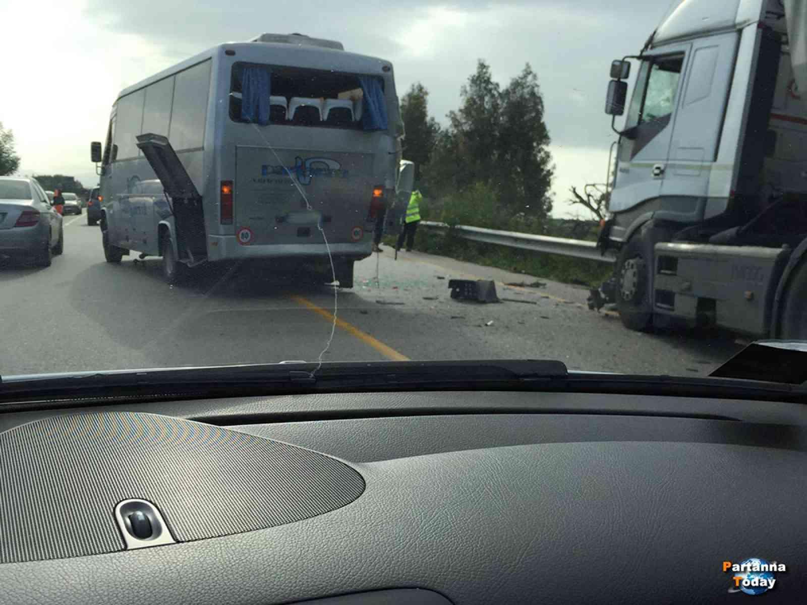 Incidente sulla SS115 tra Menfi e Castelvetrano. Scontro tra Pullman e un TIR