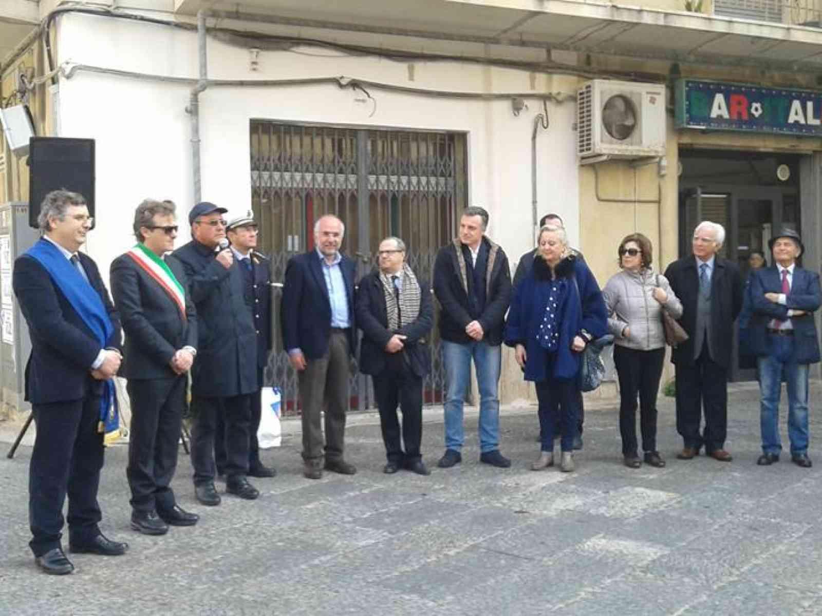 Largo Luigi Veronelli. La città di Castelvetrano dedica una spazio cittadino al noto enogastronomo.