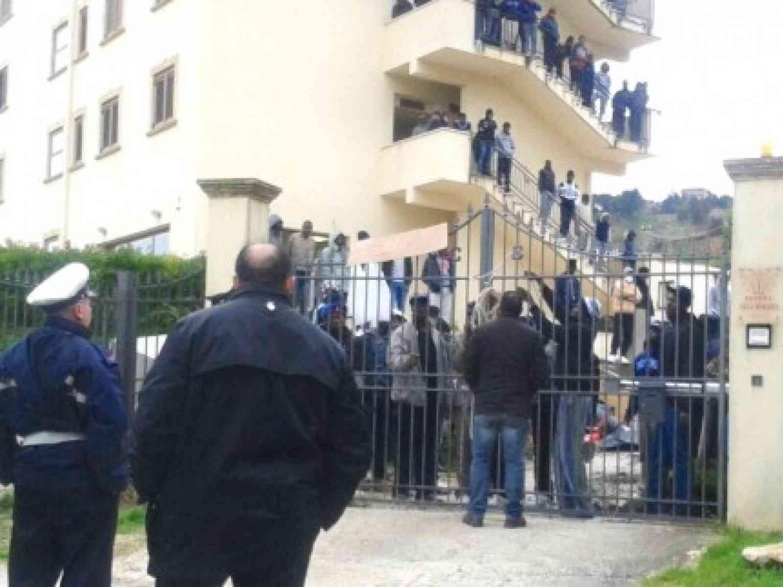 Salemi, migranti prendono in ostaggio due persone per protesta