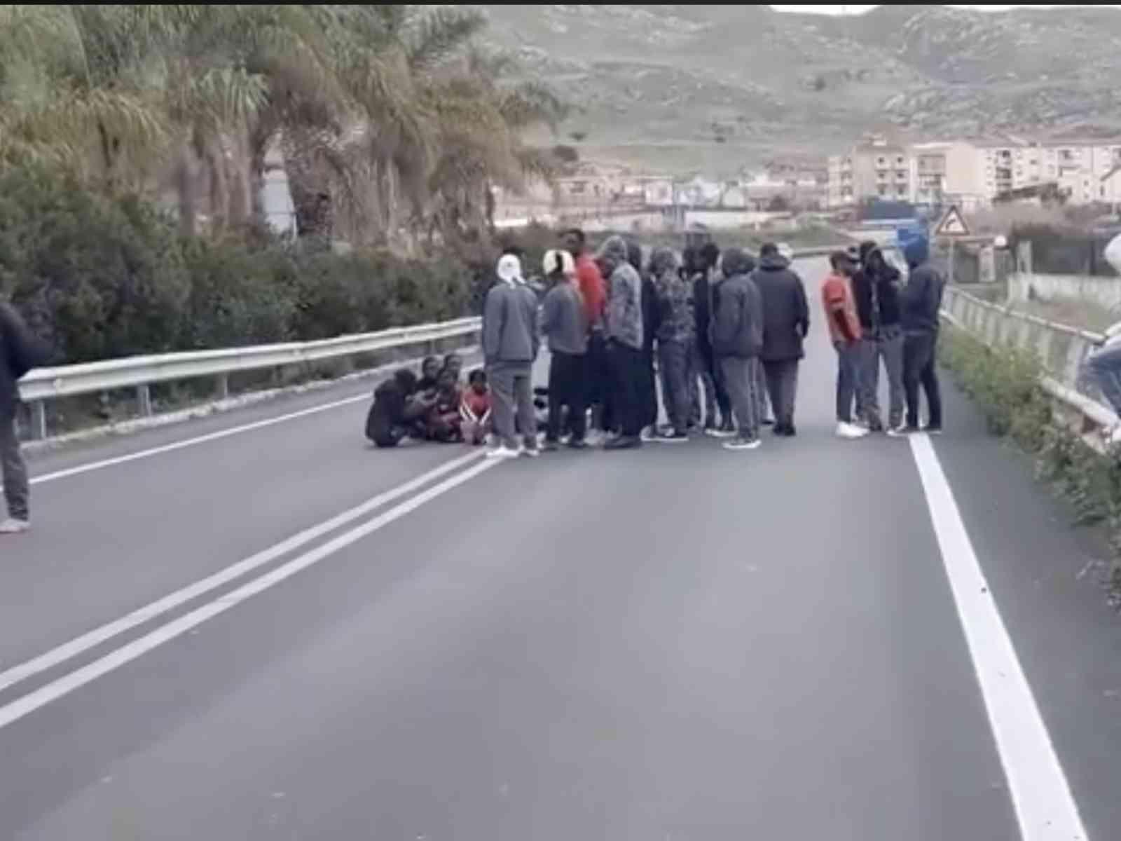 """Migranti bloccano la SS115, vicino a Siculiana. Savarino: """"I cittadini sono ostaggi di una politica sbagliata"""""""