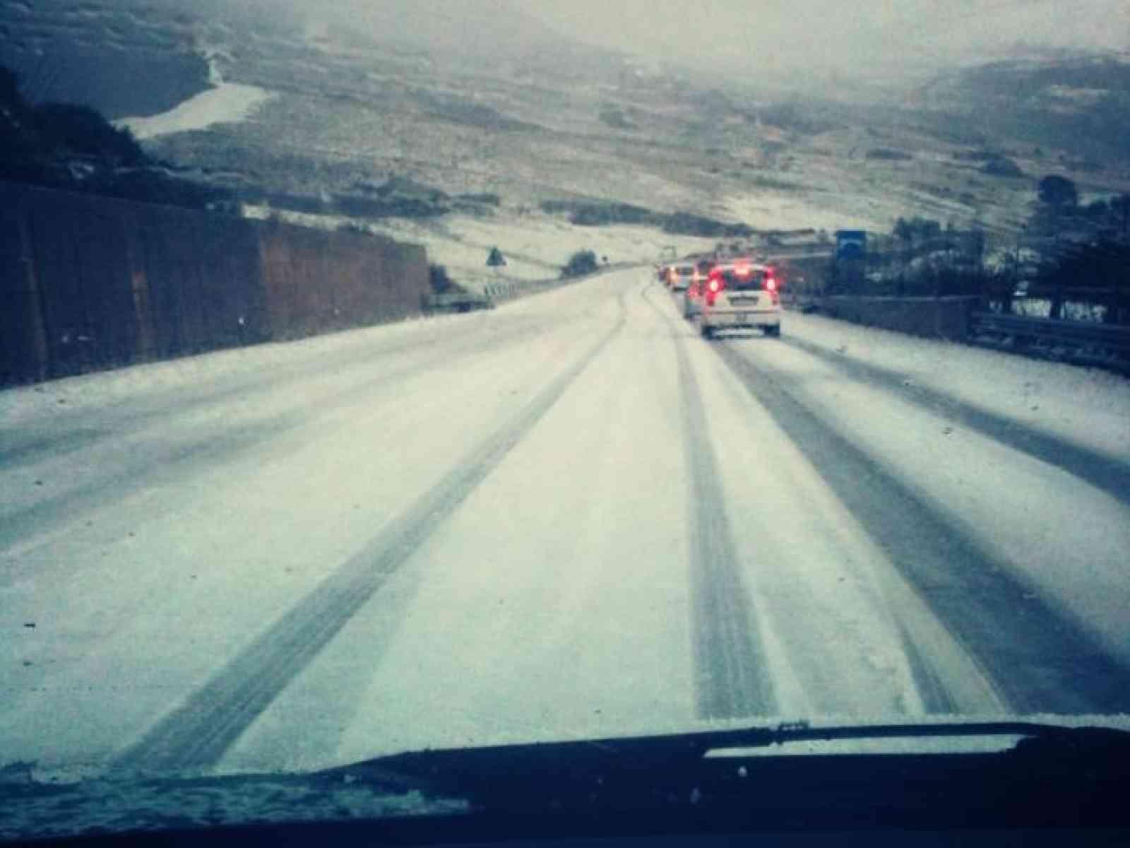 Neve sulla fondovalle nei pressi di Giacalone. Transito lento e con catene