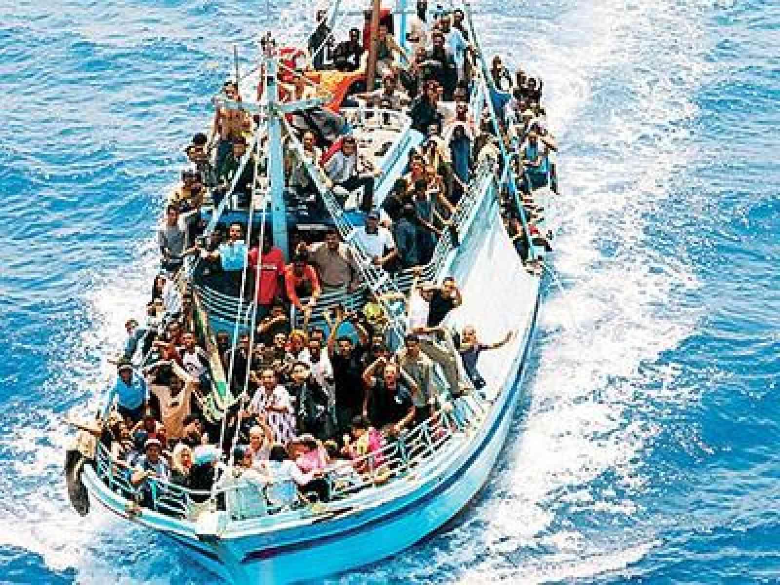 Altra tragedia nel mare di Sicilia. Si ribalta barcone di migranti, forse 700 morti