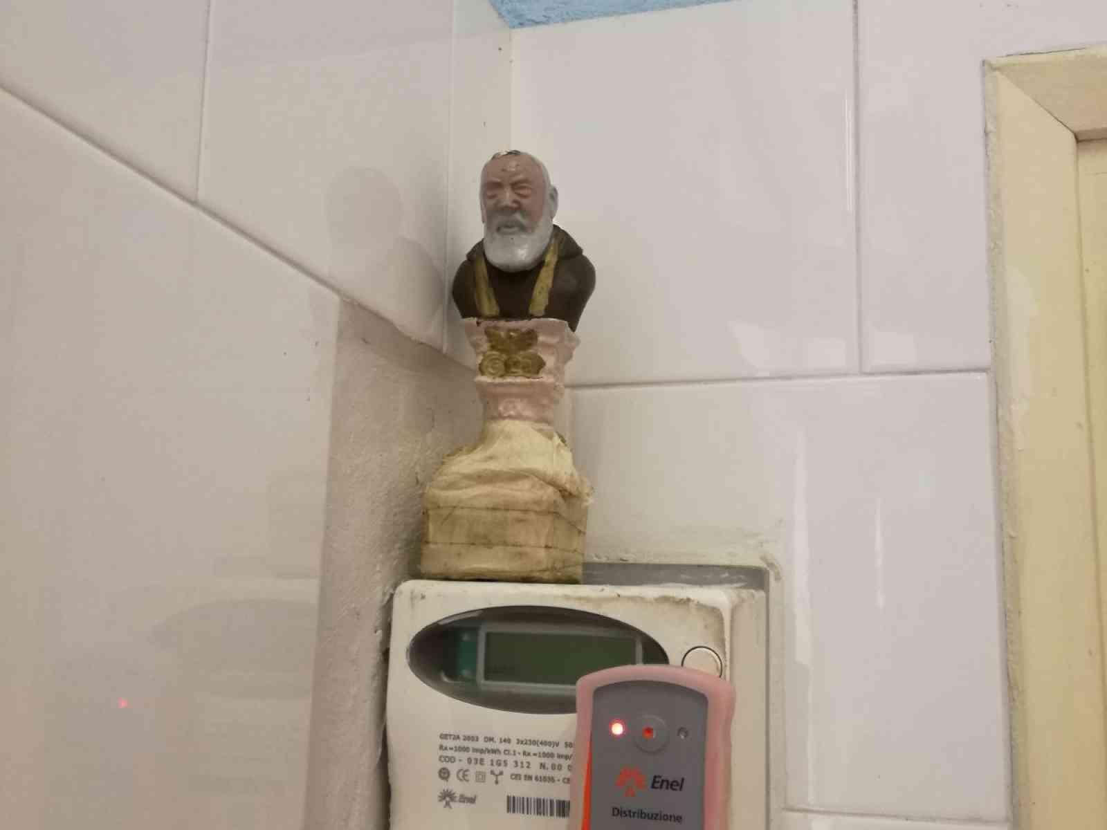 """Padre Pio """"protettore"""" dei contatori Enel: la statua del santo usata per rubare energia elettrica"""