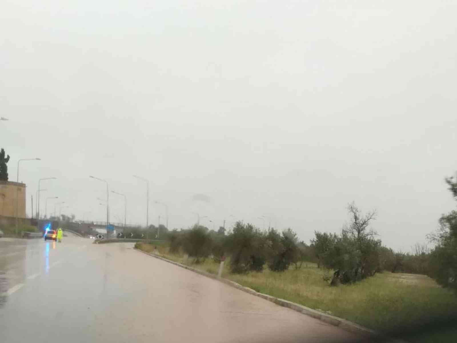 """Bomba d'acqua nel Belice. A Castelvetrano le strade diventano """"fiumi"""", deviazione allo svincolo per la SS115"""