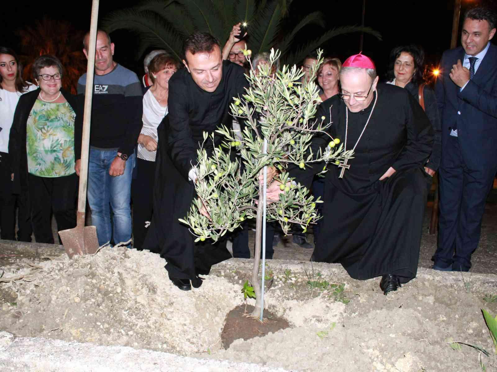 Poggioreale. Con la piantumazione di un ulivo, si è conclusa la visita pastorale del Vescovo Mogavero