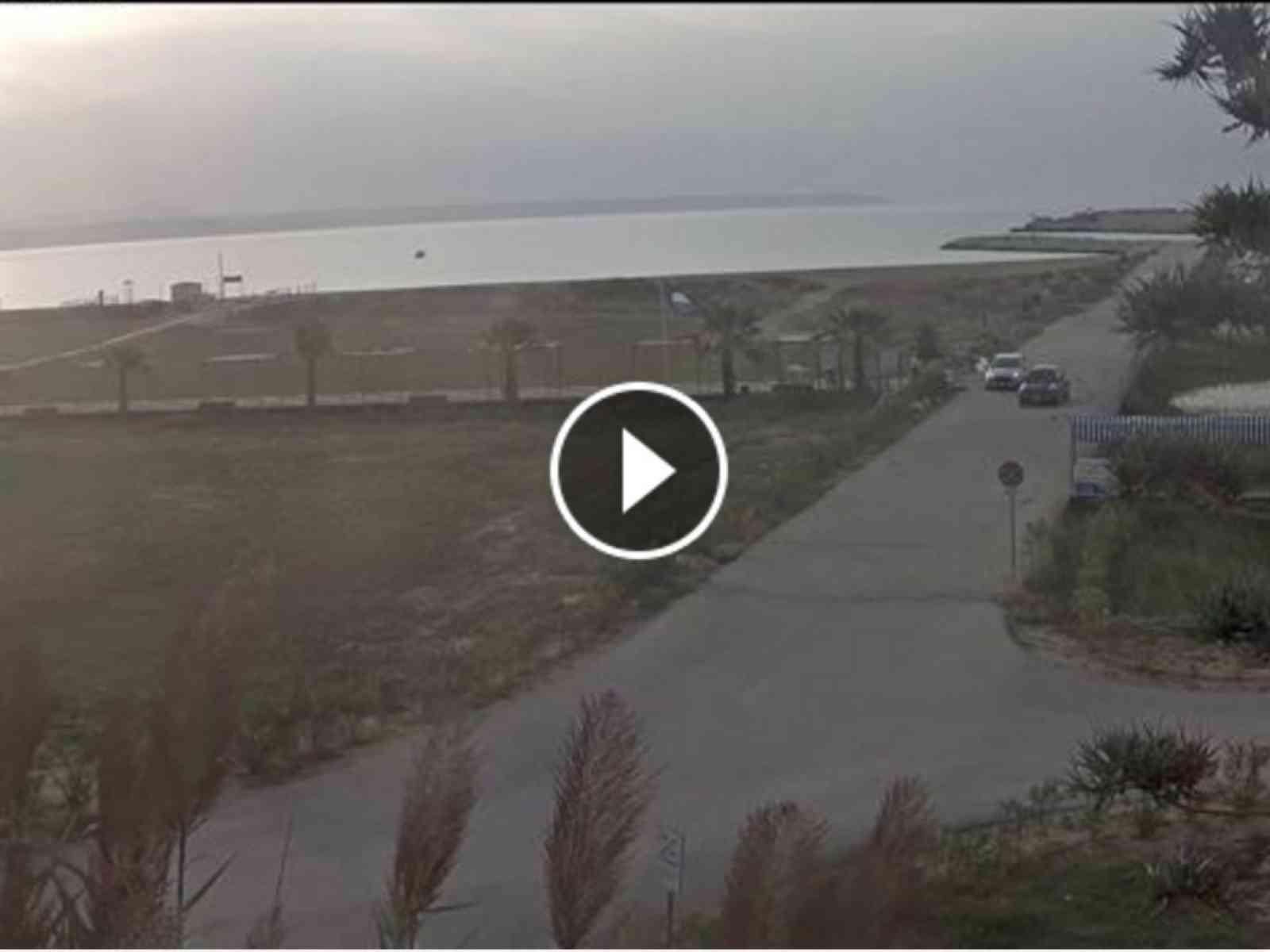 """Menfi. Usa la """"Passeggiata a mare"""" per pattumiera, ma le videocamere lo incastrano. IL VIDEO"""