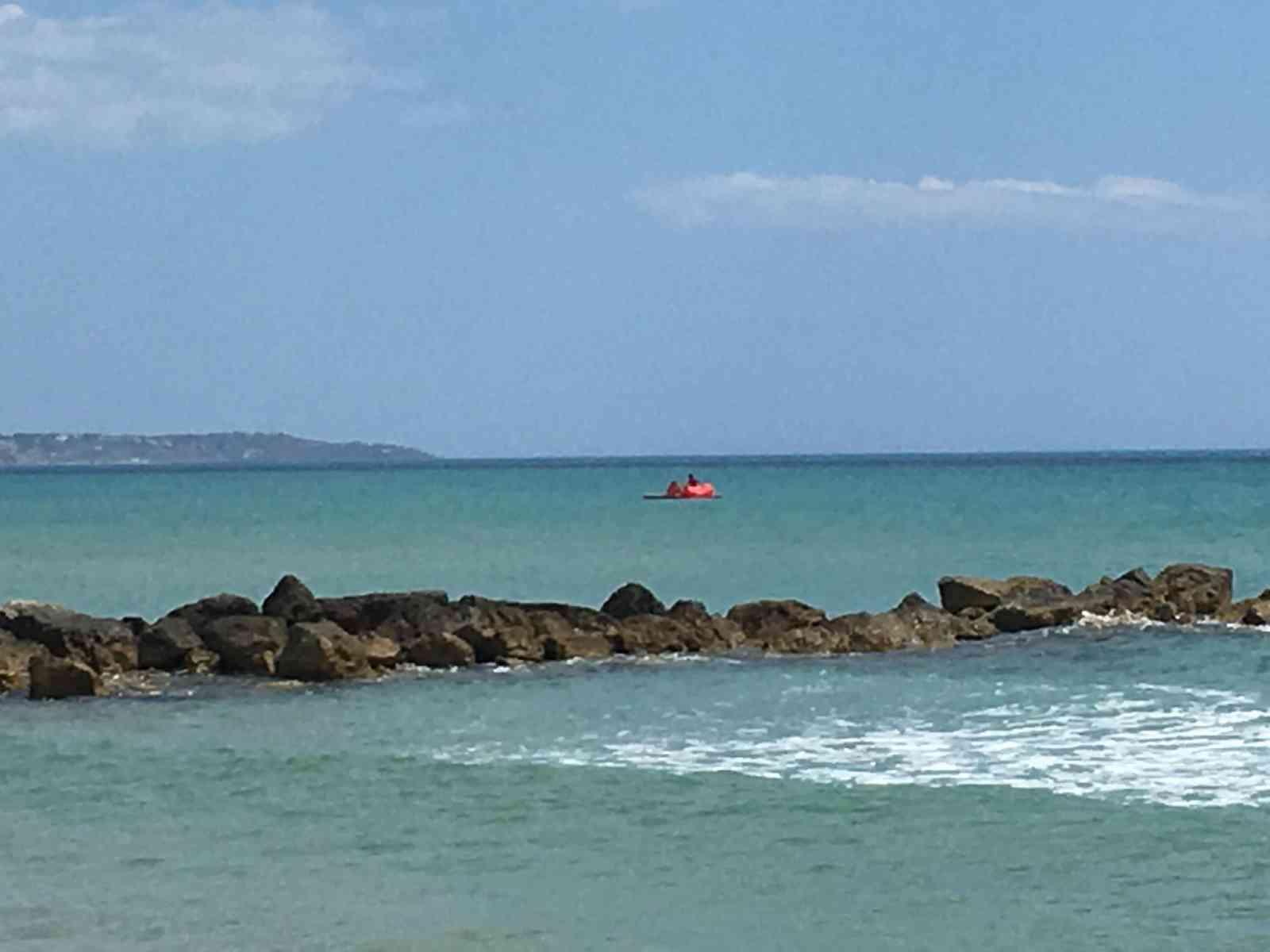 Immagine articolo: Porto Palo, giovani bagnini sfidano il vento forte e salvano una piccola turista finita al largo