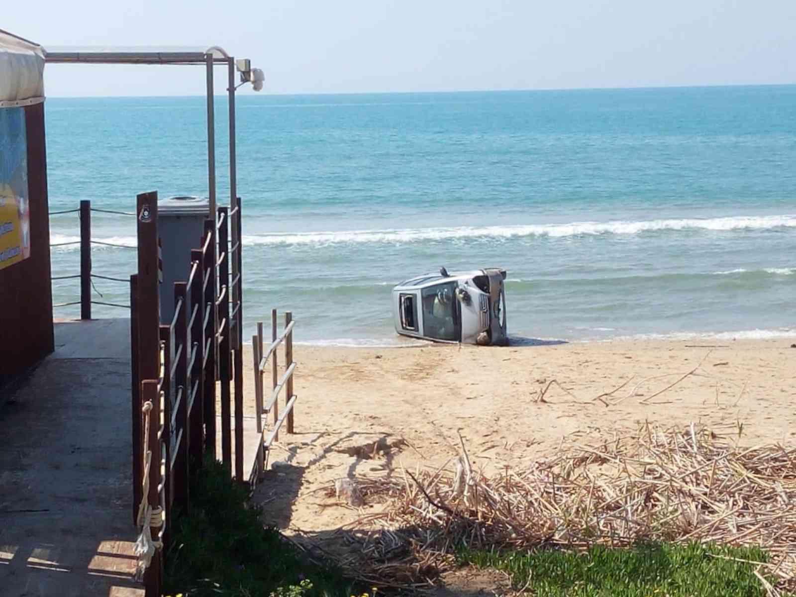 """Immagine articolo: Lido Fiori, conducente perde il controllo e """"vola"""" con l'auto in riva al mare"""