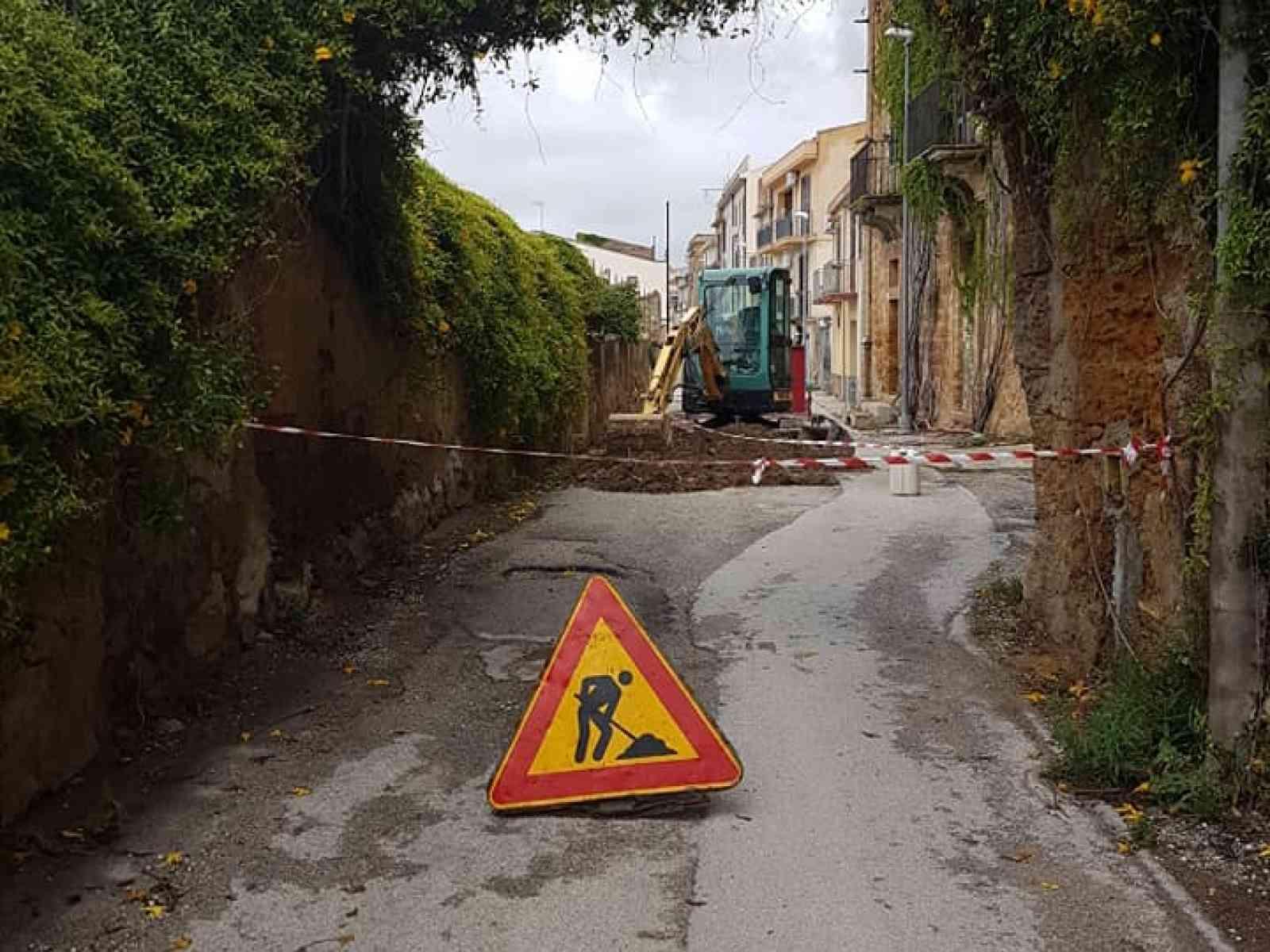 """Immagine articolo: Menfi. Sostituzione di 90 metri di condotta idrica nella strada Puccia. Viviani: """"a piccoli passi"""""""