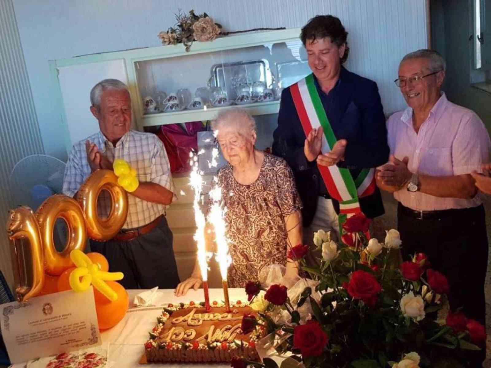 Immagine articolo: Cento candeline per la nonnina Pantaleo. La lettura e l'arte sartoriale le sue grandi passioni
