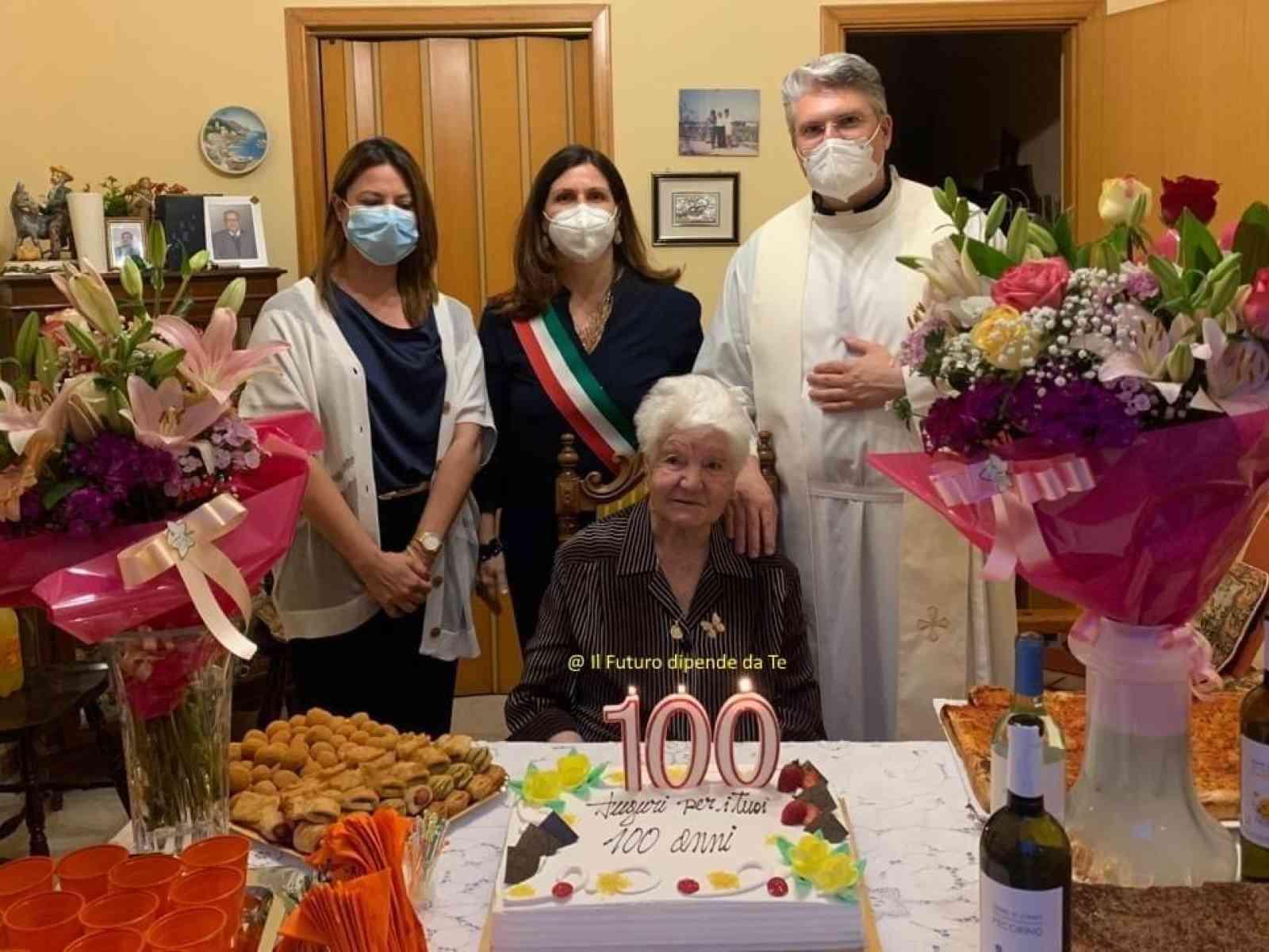 Immagine articolo: Menfi, festeggia 100 anni Paola Palmeri. Al taglio della torta anche il Sindaco e l'Arciprete.